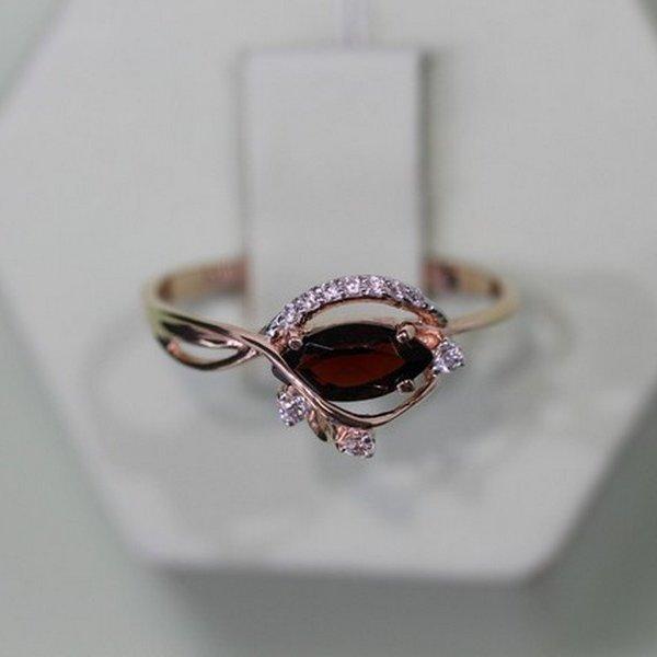 Золотое кольцо сгранатом