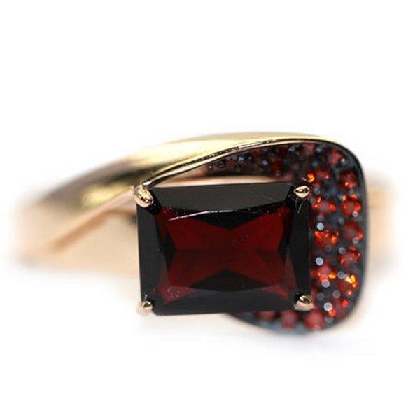 Золотое кольцо сфианитом игранатом