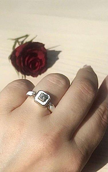 Золотое кольцо сэмалью ибриллиантом