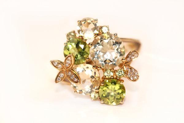 Золотое кольцо схризолитом, кварцем ибриллиантом